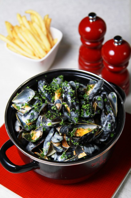 Bouchot-mussels-with-white-wine-garlic-thyme-and-parsley.jpg