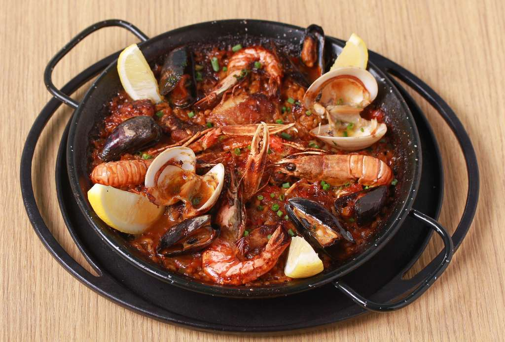 Paella-valenciana-with-chicken-seafood