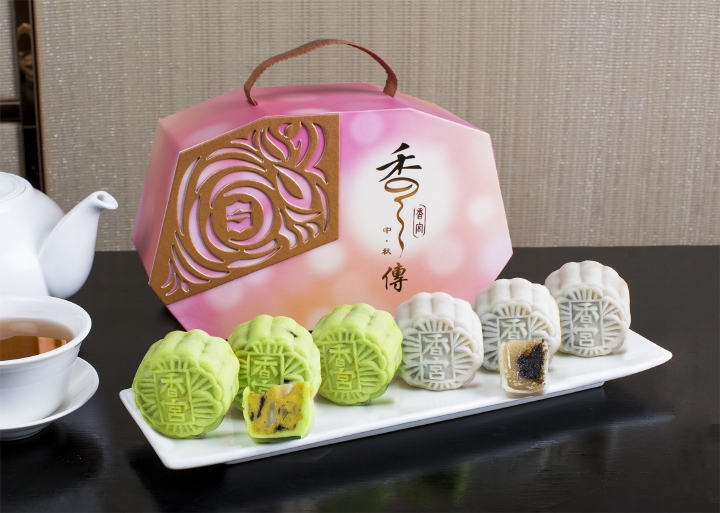 resized_Two-new-flavours-Shang-Palace-mooncakes-2016-Shangri-LaHotelBangkok