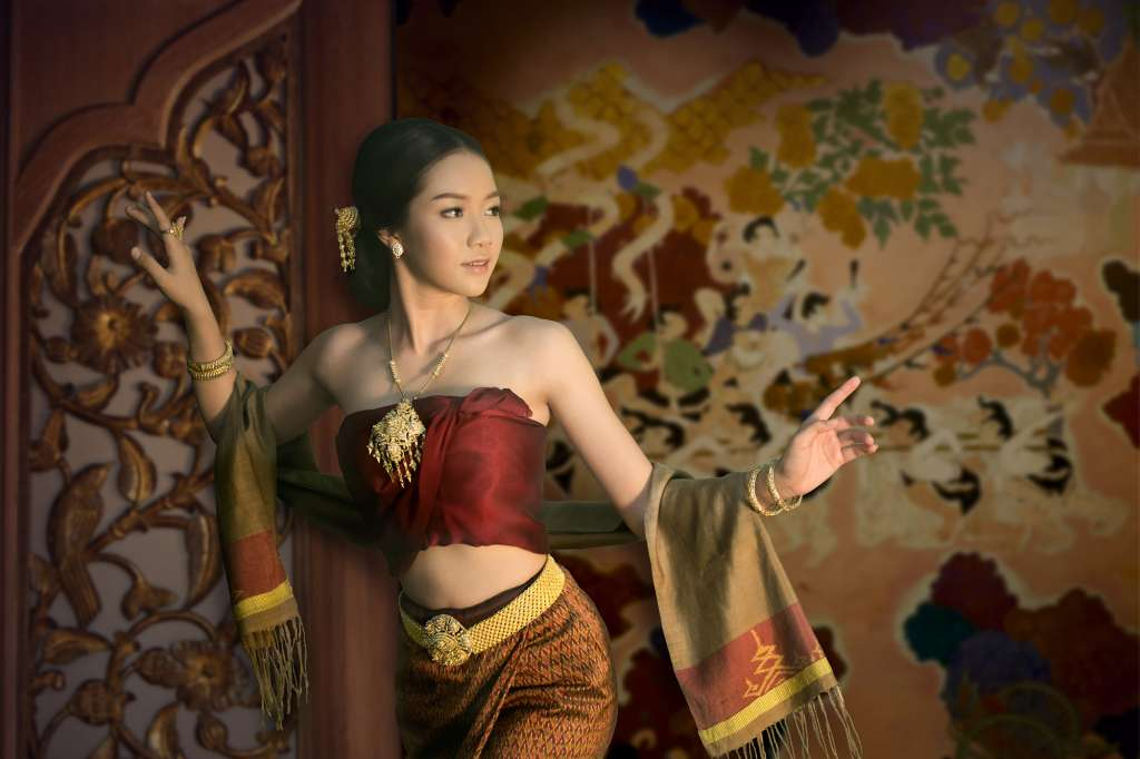 7-Timeless-Elegance-Fashion-Presentation-of-Thai-Period-Costumes-and-Gold-Ornaments